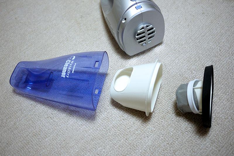 ダストカップの構造。中央の白いカップのおかげで、ホコリと液体が混ざりにくい