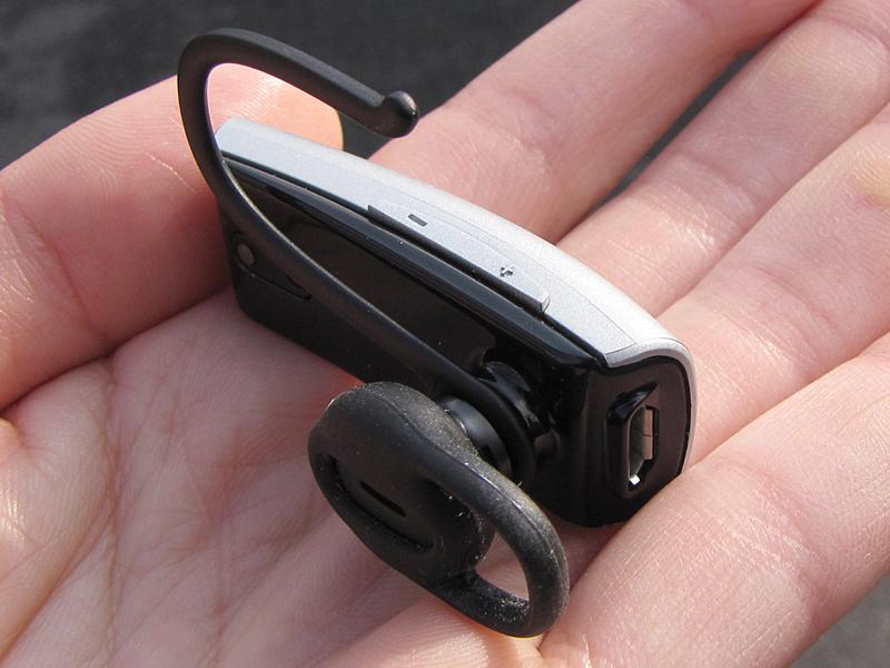 独特の形状のイヤーピース。イヤーフックは取り外せる。また充電用のmicroUSB端子が見える(写真右側)