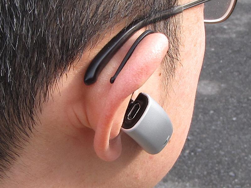 耳に装着した状態。イヤーフックは眼鏡のツルに干渉しない