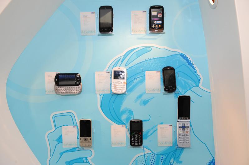 ソフトバンクの「かんたん携帯 840Z」(右下)も展示