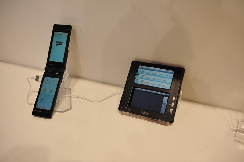 試作の2画面のAndroid端末(右)。左はCEATECで公開されたSymbian版