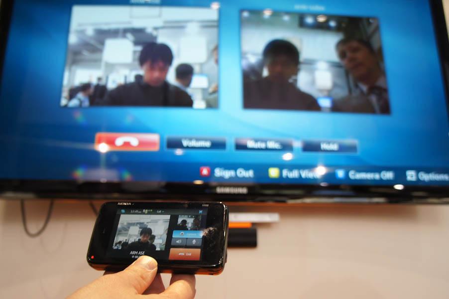 SkypeでノキアのケータイとサムスンのテレビでSkypeビデオチャットをしている