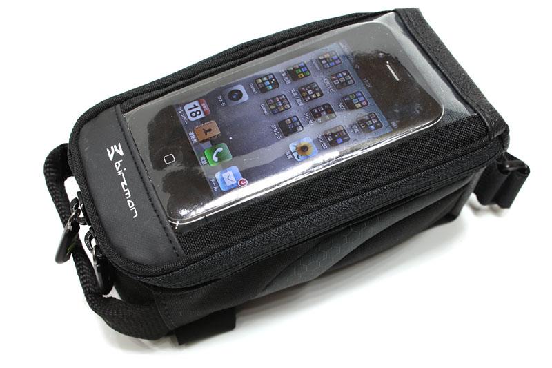 上部は透明カバーのポケットになっている。iPhone 4を入れたまま操作できる