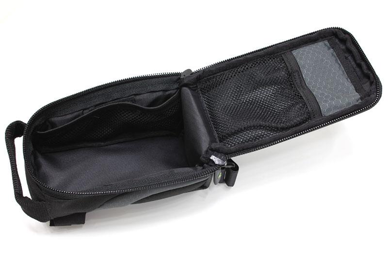 開いたところ。内側には2つのメッシュポケット。iPhone 4はこの状態で出し入れする