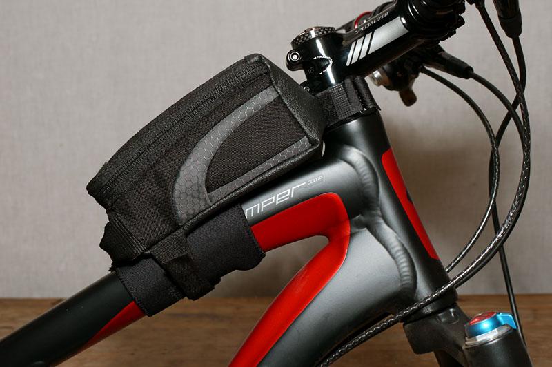 自転車のトップチューブに装着したところ。意外なほど座りがよく、安定する