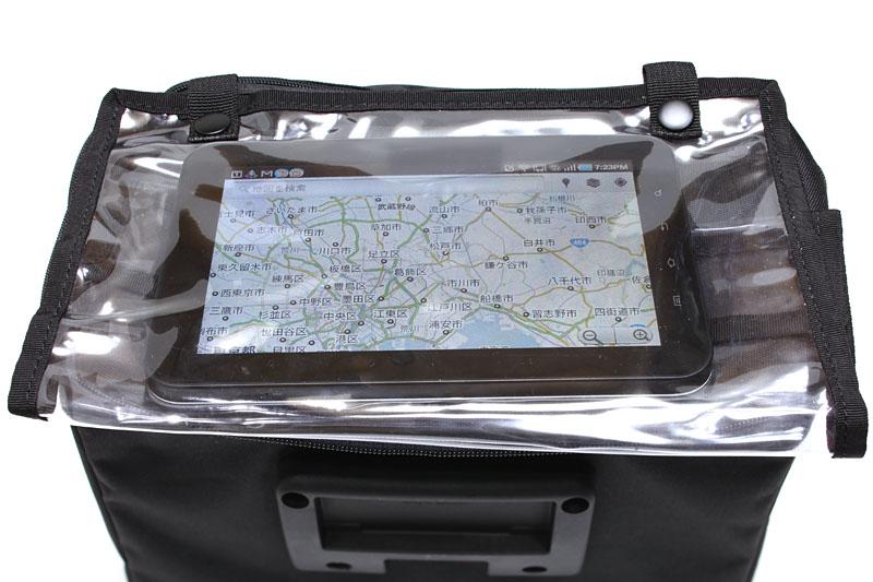 バッグ上部のマップケース(付属品)に、こんな感じでGALAXY Tabが収まる。マップケースは上部のみをホックで固定。下側は固定されていない。GALAXY Tabの安定に問題が出るかも!?