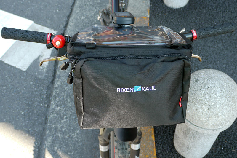 自転車を前方から見たところ。こんなふうに取り付けられる。8リットルという容量があるので、やや嵩張るものも入る。なお、耐荷重は7kg(KLICKfixアダプター側の上限)となる