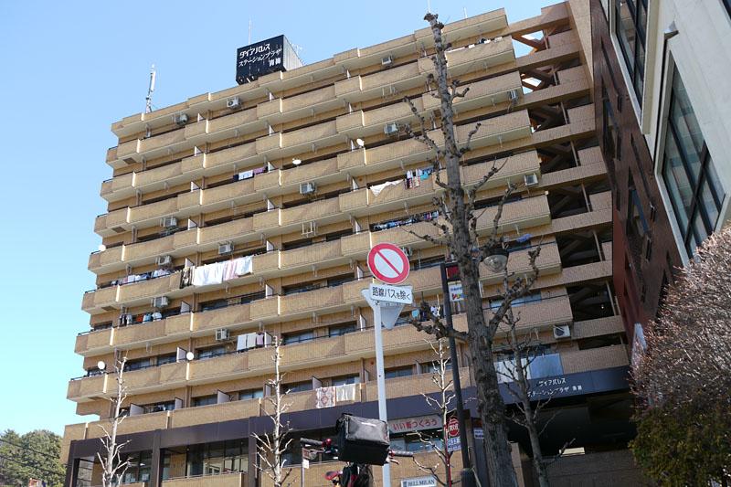 (2)東を見るとマンションらしき建物