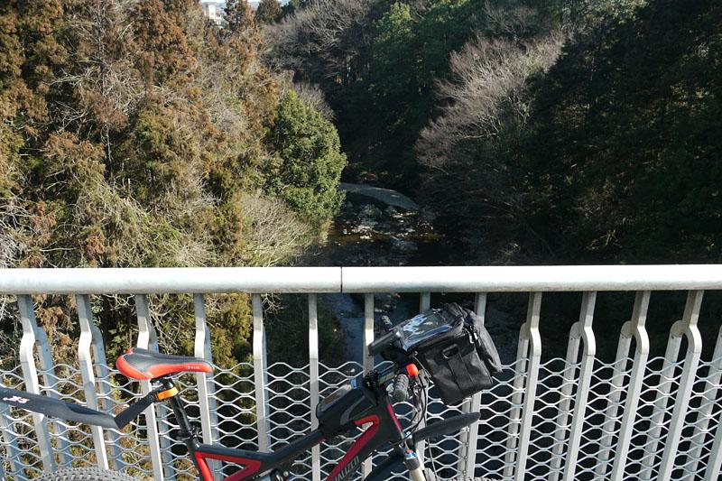 サイクリング中、橋の上で一休み