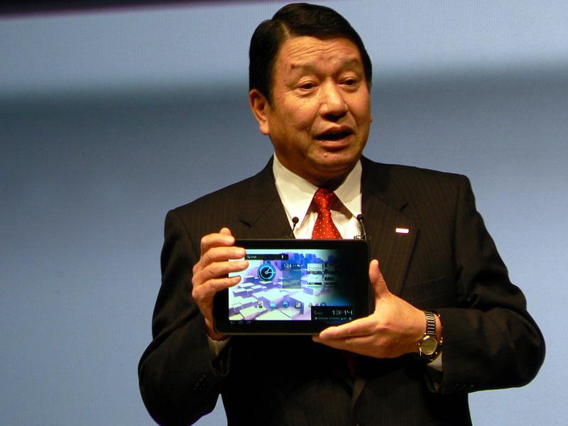 発表会で「Optimus Pad」をアピールするNTTドコモの山田社長
