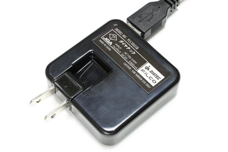 USB充電する場合、付属のカーアダプタか、1000mA以上の出力を備えたUSB ACアダプタが必要。写真のアダプタは出力2000mAだ