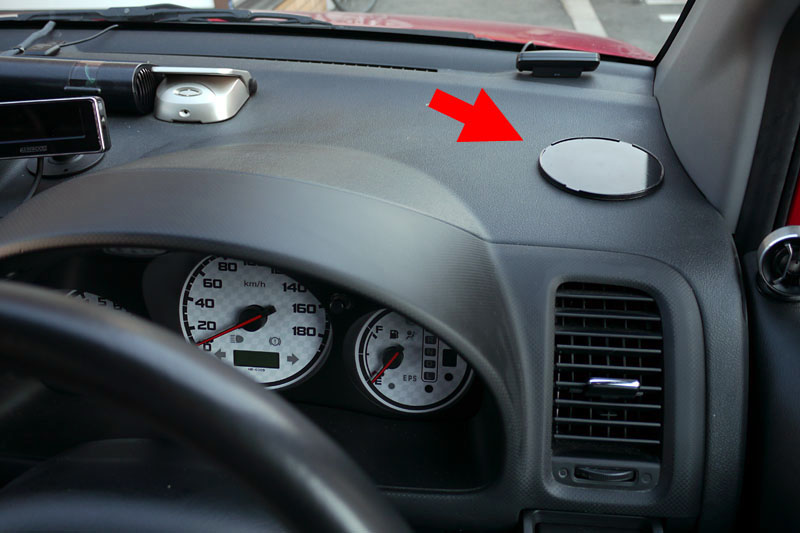 付属のスタンド吸着カップをダッシュボード上に貼り付けたところ。カップ裏面の両面テープでかなり強力に接着される