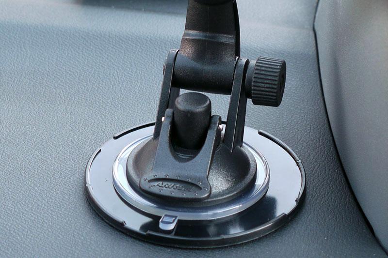スタンド下部にあるレバーを押し下げる(この写真では手前に押し下げる)と、吸盤部分が真空化して強力に吸着する