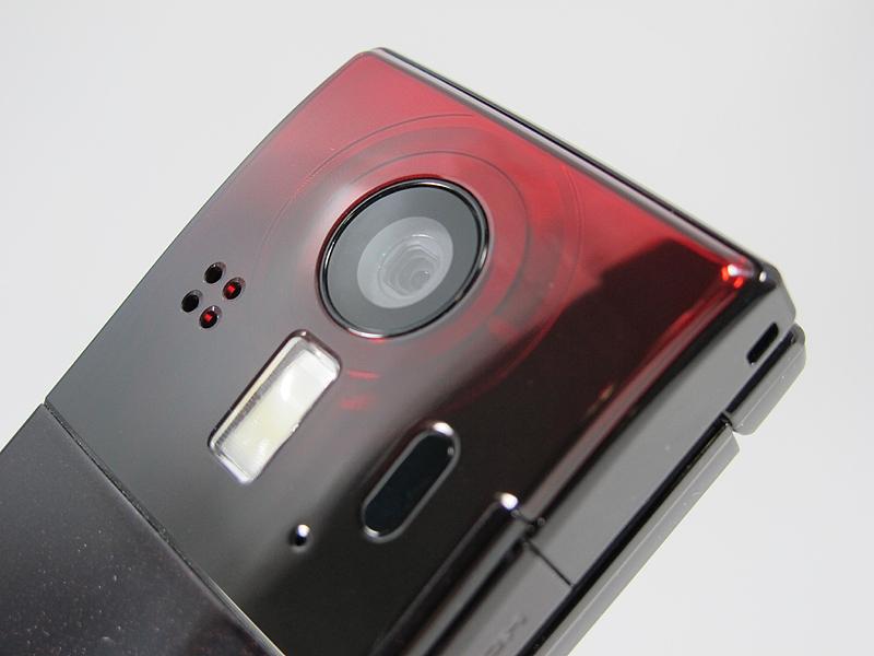 カメラやライト、赤外線通信ポートやスピーカーがある