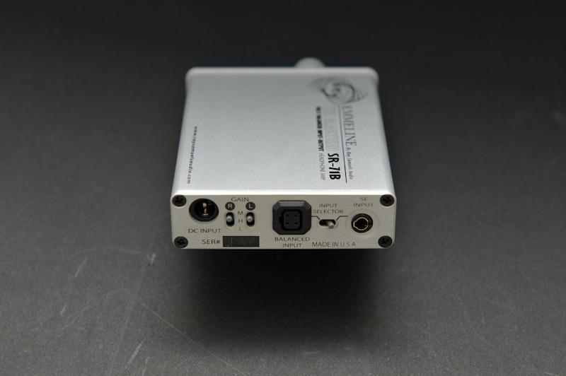 後面は左から、内蔵バッテリーの充電端子、ゲインスイッチ、バランス端子(入力)、シングルエンドの入力