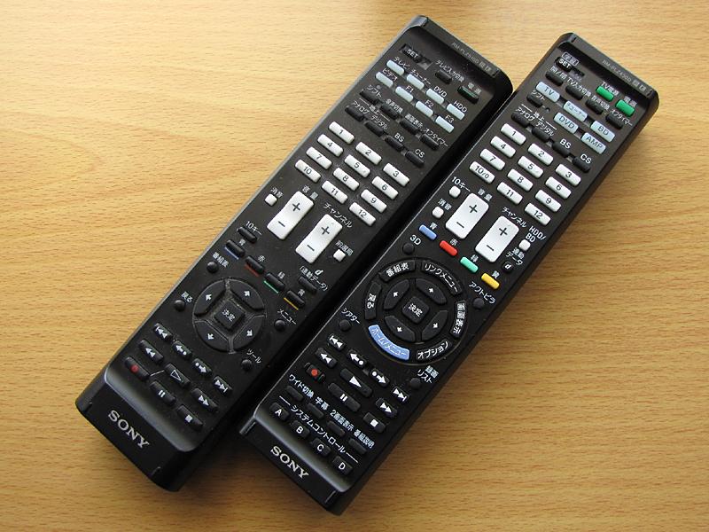 従来機種「RM-PLZ510D」(左)。ボタンが増えただけでなく、配置もかなり変更された