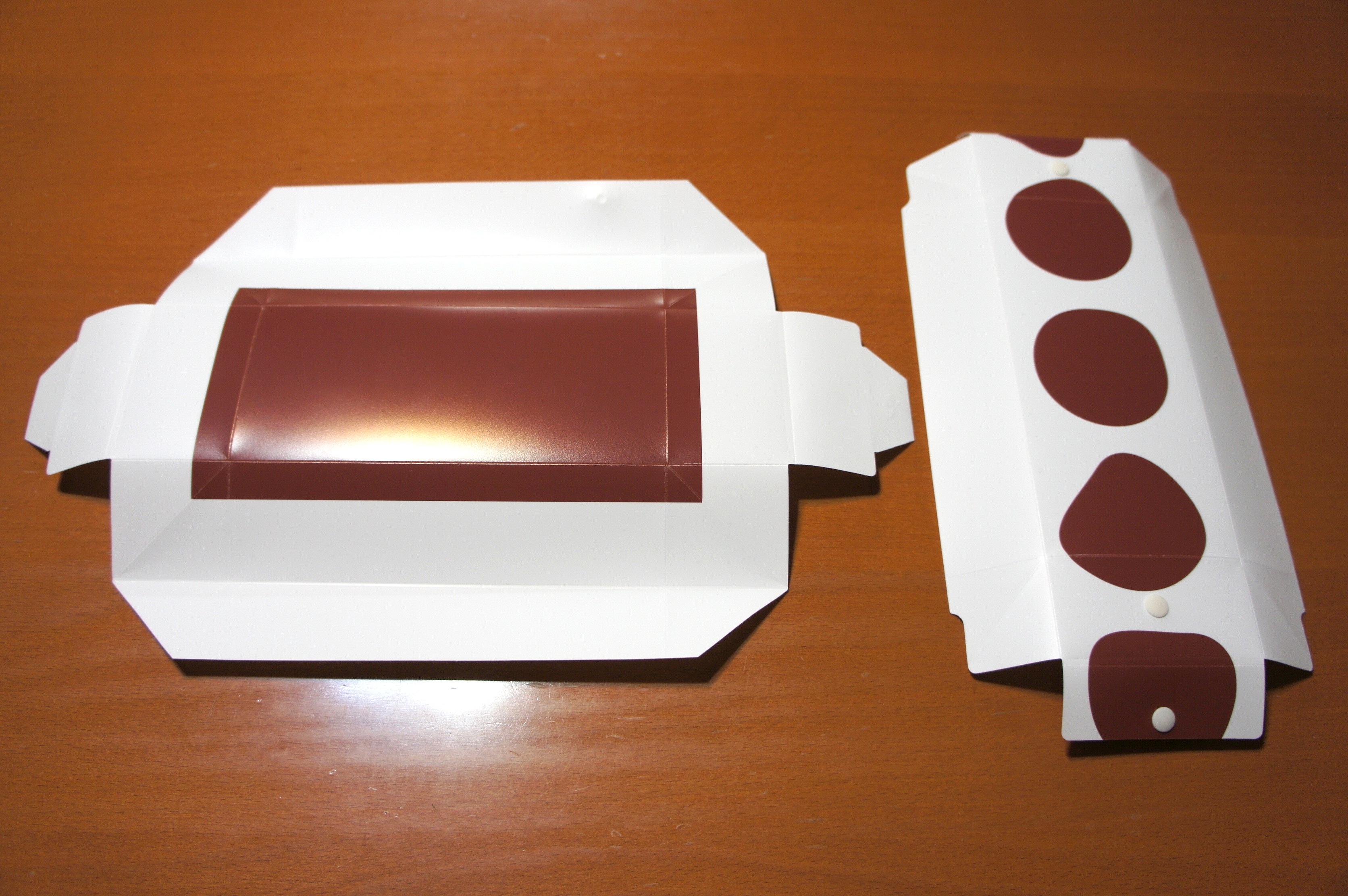 展開した状態のフラットランチボックス。蓋も箱も完全に平面な板になる