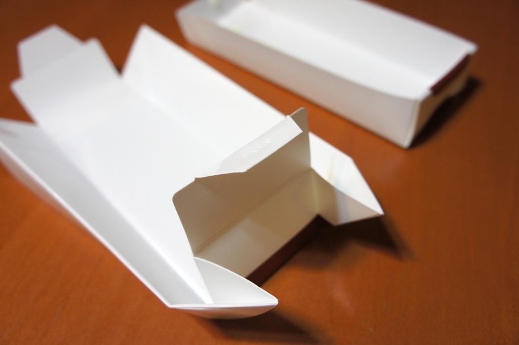 このように折りたたんでいく。折り目がついているので、力を入れずに折り目に従うだけでいい