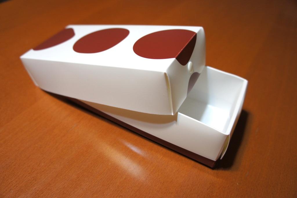 折りたたむとこのように箱になる。折り目の方向がよく考えられていて、汁気が外に漏れることもない
