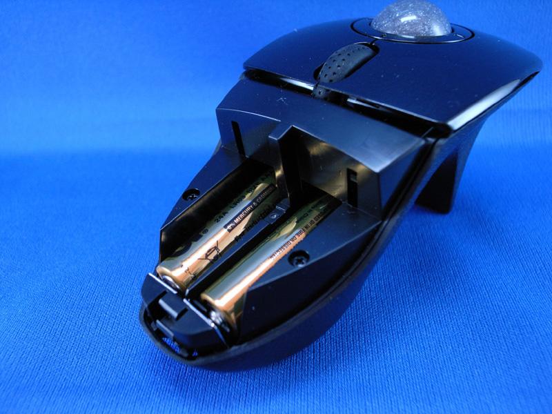 単4電池を2本使用する。フタにはPC側レシーバーが収納できる