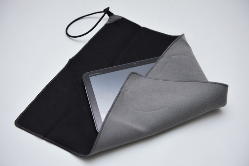 エツミの「ガードクリーンクロス」(40サイズ)。ネオプレーン素材でショックを吸収、両面ともミクロクロスを使用し指紋も拭き取れる