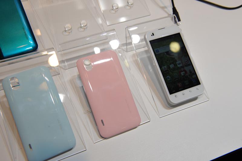WhiteにはLight BlueとLight Pinkのリアカバーが同梱される