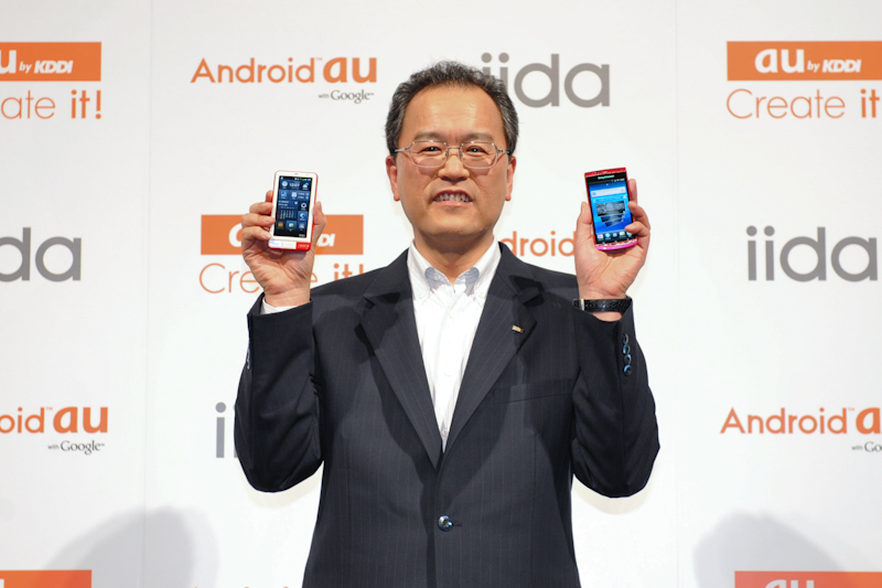 スマートフォンを手にする田中社長