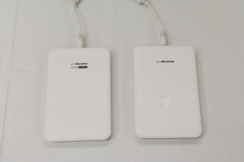 「おくだけ充電」に対応する「ワイヤレスチャージャー 01」。左は別売り版、右は端末同梱版