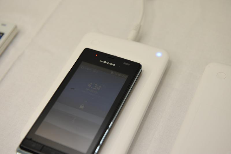 おくだけで対応端末を充電できる。充電速度はUSBと同等
