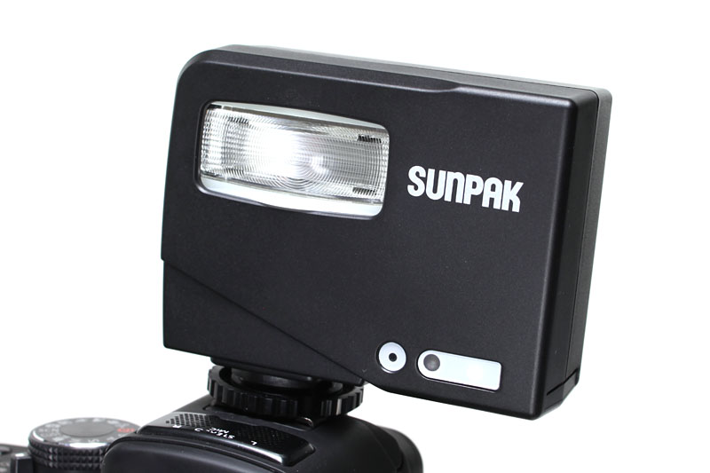 サンパックのPF20XD、をデジカメのホットシューに装着したところ。汎用の外付けストロボですな。使うには、多少、ストロボ方面の知識が必要かも