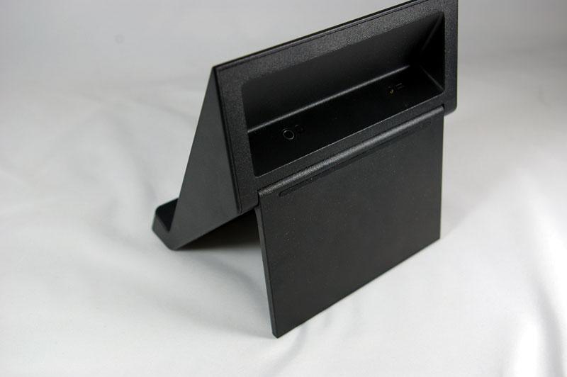 スタンドの底面のパネルを動かして角度を変更