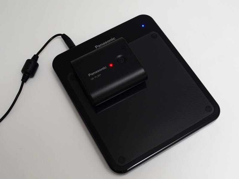 上に置くだけの、充電中の様子。USBバッテリーの表示が赤なので残量は40%以下