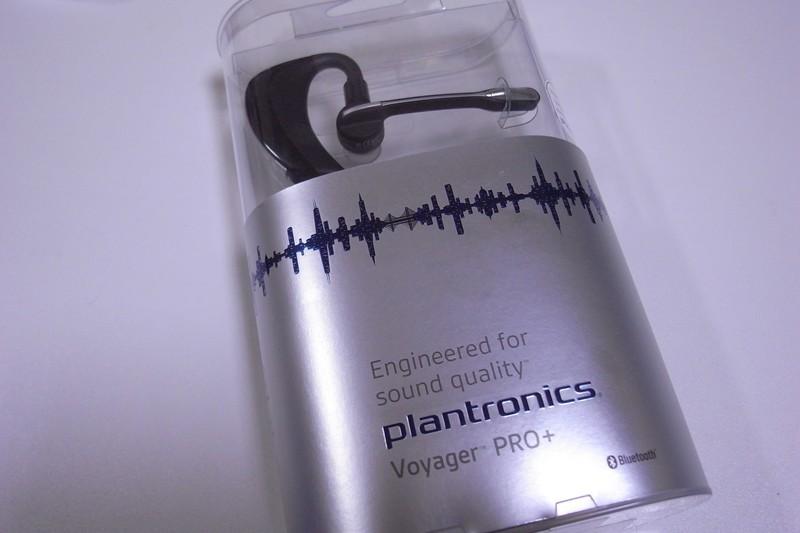 何とも近未来感のあるパッケージ。Bluetoothヘッドセットとしてはやや大きめのパッケージだ