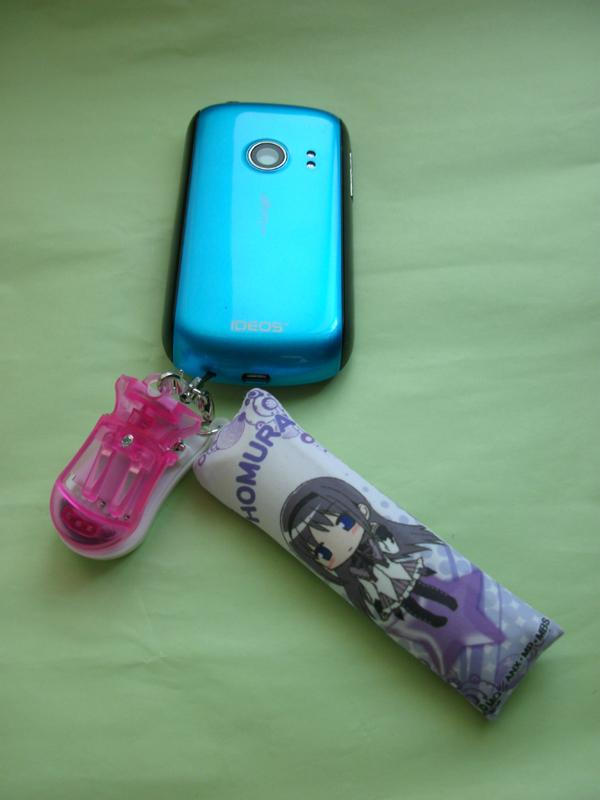 筆者の持ち歩いているスマートフォン兼テザリング・ルーター。ストラップとして、この「USBデジカメケータイバッテリーパック充電器ストラップ」を取り付けることにしました