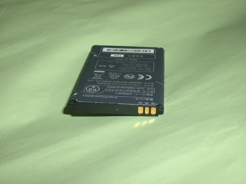 バッテリーの一例、Pocket Wifiのバッテリーです。直方体で+・―の端子が一番面積の小さい面に