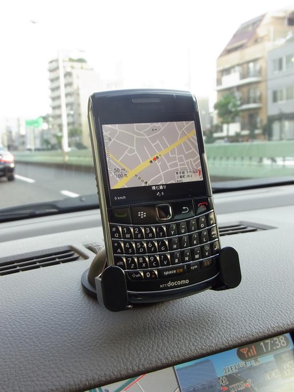 底面が少しカーブしたボディデザインのBlackBerry Bold 9700。背面が密着しているので、走行中もずれたり、がたつくことはない