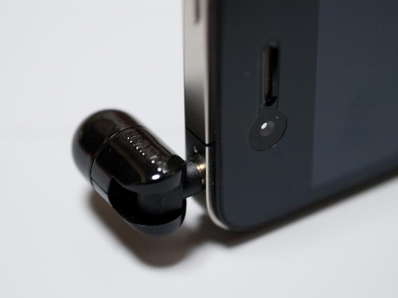 ヘッドホン端子に接続し、前方に90度曲げた状態。これで前方の音もシッカリと拾えるようになる