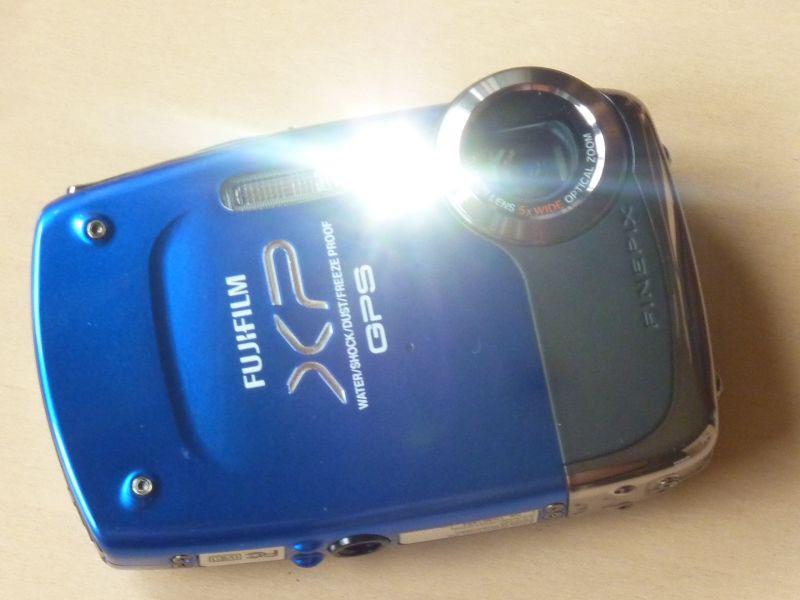 LEDライトを点灯させたFinePix XP30