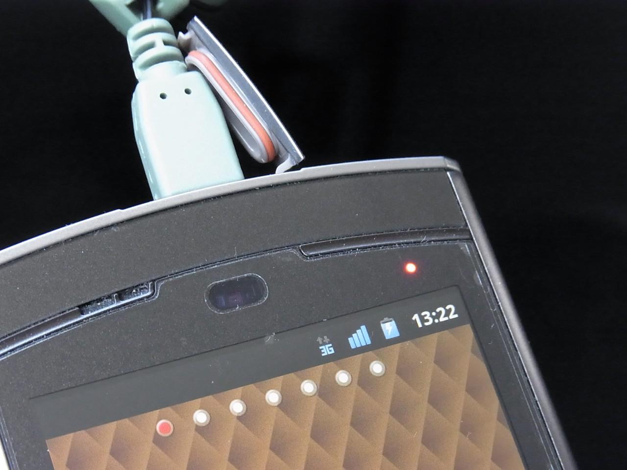 N-06Cに差し込んでみた。スマートフォンを充電できる。これが本来の使い方