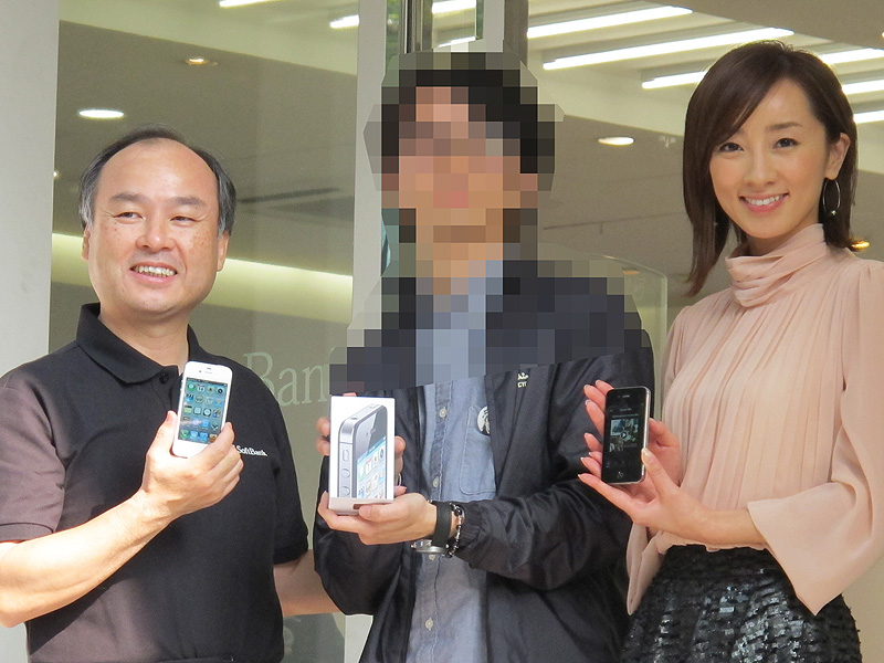 最初の契約者にiPhone 4Sを手渡し