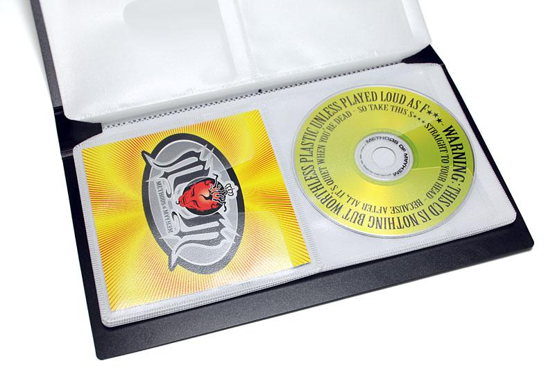 音楽CDや付属ブックレットが入る。が、この状態だと収納枚数が既定の半分。ブックレットとCDを重ねて入れられるが、その場合は厚みが出て既定枚数のCDが収まらないことも