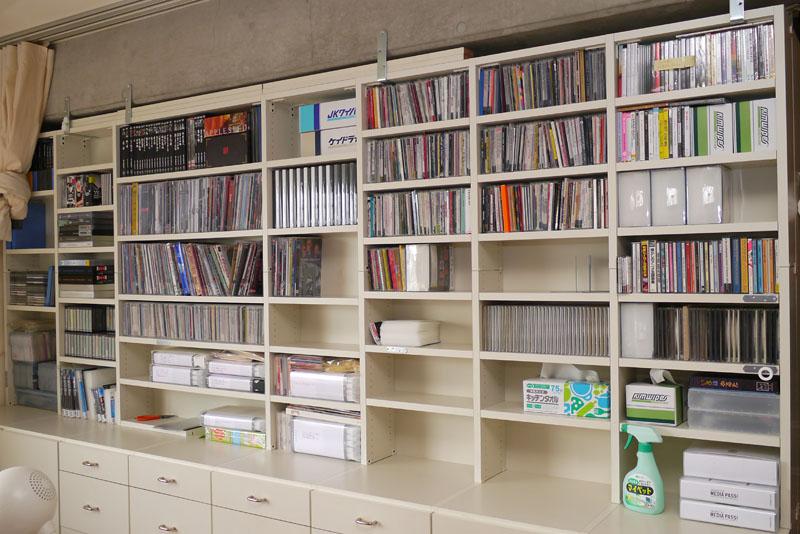 拙宅のCD/DVD収納棚(上部)。約幅3m×高さ1.1mくらいの本棚だ。現在はCD/DVDの圧縮収納が進んでいるが、以前はこの棚にビッシリとCD/DVDが入っていた