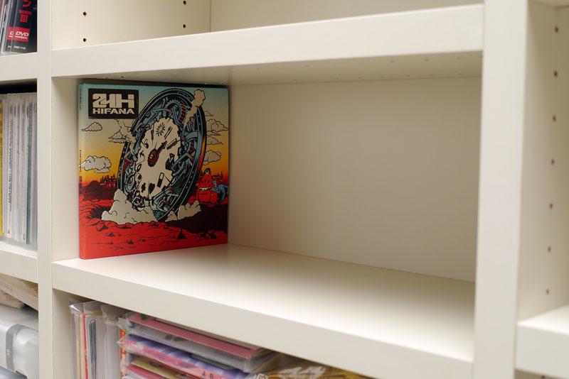 棚の奥行きは音楽CDがピッタリ収まるくらいのサイズ。棚板は各段調節可能で、奥行きが音楽CDケース程度ならファイルでも本でも収納することができる