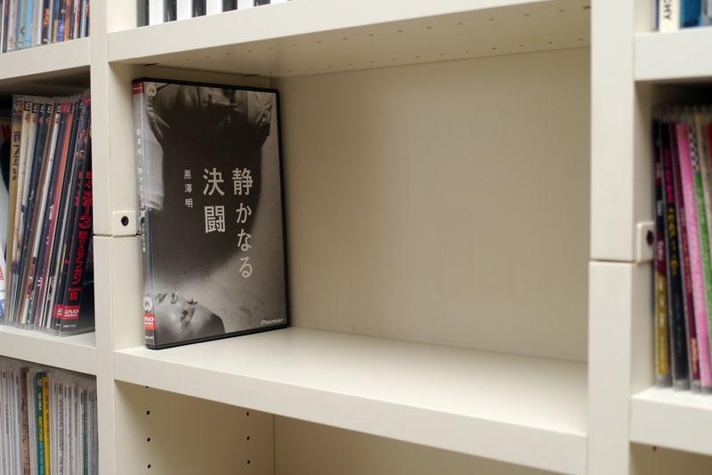 """棚板の高さを調節すればこのように映画DVDのトールサイズケースもピッタリと収まる。なおこの組み立て家具は<a href=""""http://www.higashi-sds.co.jp/promotion-lb1000.html"""">ヒガシのLB1000</a>。以前はトスカというブランドの製品だった"""