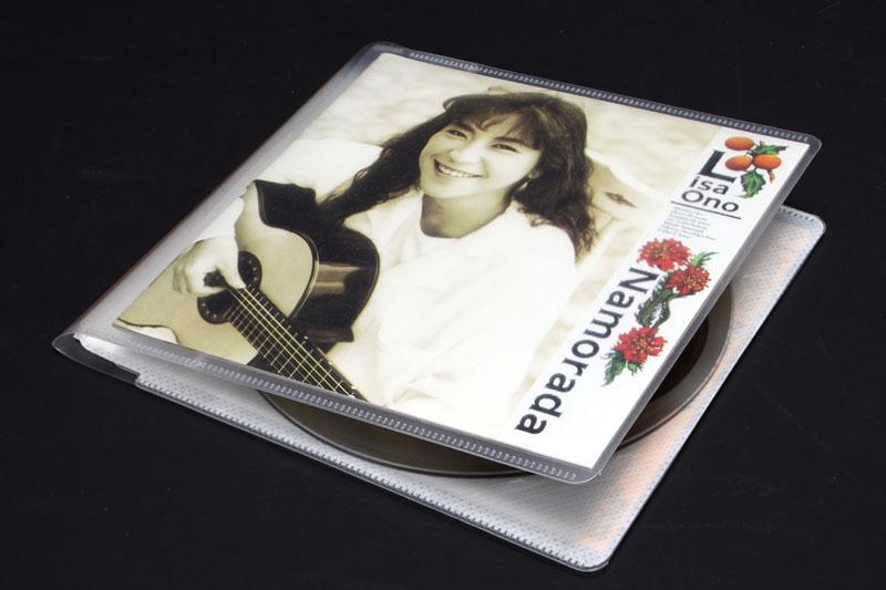 音楽CDを1枚収納できるタイプのメディアパス(EDC-CME1シリーズ)に音楽CDおよび付属品を収納。オリジナルのプラスチックケースの半分程度の厚みになった感じ。