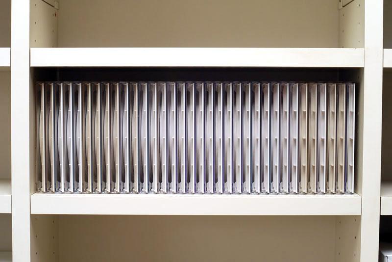 前述の棚の一部には、プラスチックケース入りの音楽CDなら34枚程度収納できる。これでもけっこー高密度に収納されているような印象ではあるのだが……。
