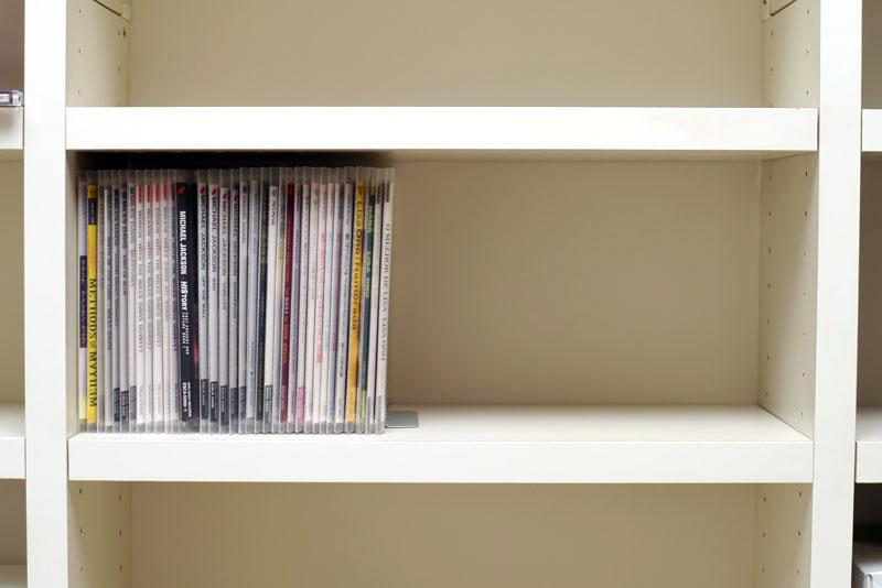 同じ棚に、メディアパスに入れた34枚の音楽CDおよび付属品を収めると、スペースが半分以上空いた。ということは、満杯の棚の半分が利用可能スペースになる計算!!