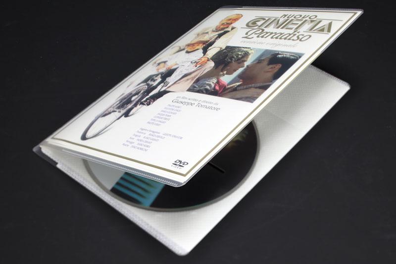 トールケース入りDVD1枚が入るタイプのメディアパス(EDC-DME1シリーズ)に、DVDおよび付属品を収納した。厚みはトールケースの1/3程度になった雰囲気