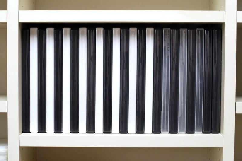 前述の棚の一部に標準的なDVDトールケースを詰めると、24枚収納することができた。トールケースは高さも厚みもCDよりあるため、あんまり入りませんな