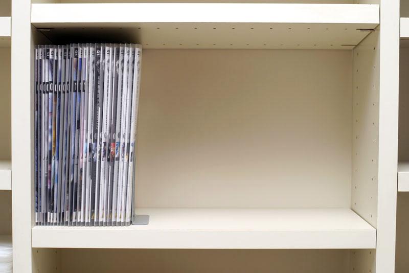 同じ棚にDVD24枚と付属品を入れたメディアパスを並べると、1/3くらいのスペースに収まった。そーとーな圧縮率!! 出現したスペースを有効活用するゼ!!